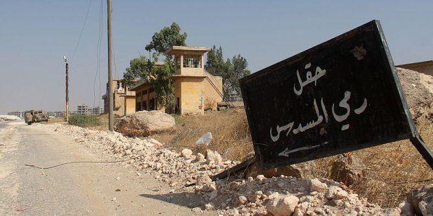 Un cartel de Al Nusra que indica la zona de tiro en una academia militar de