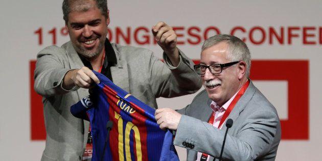 El nuevo líder de CCOO, Unai Sordo, regala una camiseta del Barcelona a su antecesor en el cargo, Ignacio...