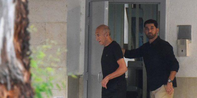 El exprimer ministro de Israel, Ehud Olmert, saliendo de la prisión de