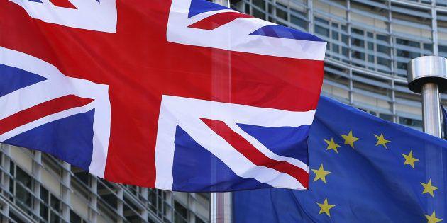 Las banderas de Reino Unido y la UE ondean frente a la sede de la Comisión