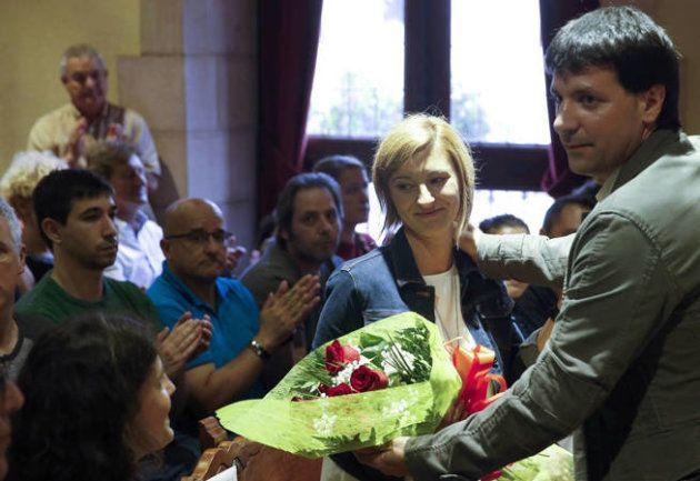 El alcalde de Errenteria, Julen Mendoza, junto a Naiara, la hija del concejal del PP asesinado por ETA...