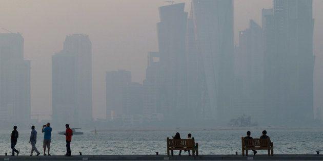 Un grupo de personas, descansando en la 'corniche' de Doha