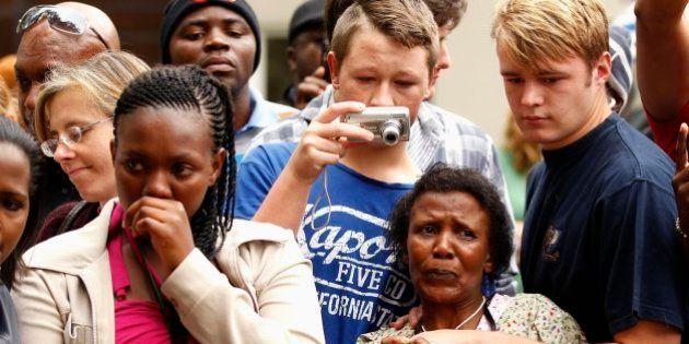Cientos de sudafricanos despiden a Mandela junto a la que fue su casa en Johanesburgo