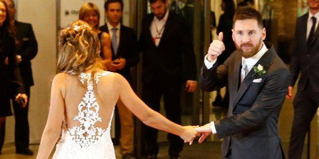 Messi y Rocuzzo posan ante los medios tras su boda en Rosario