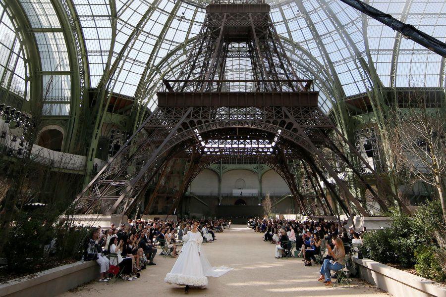 Desfile de Chanel en la réplica de la Torre Eiffel creada en el Grand