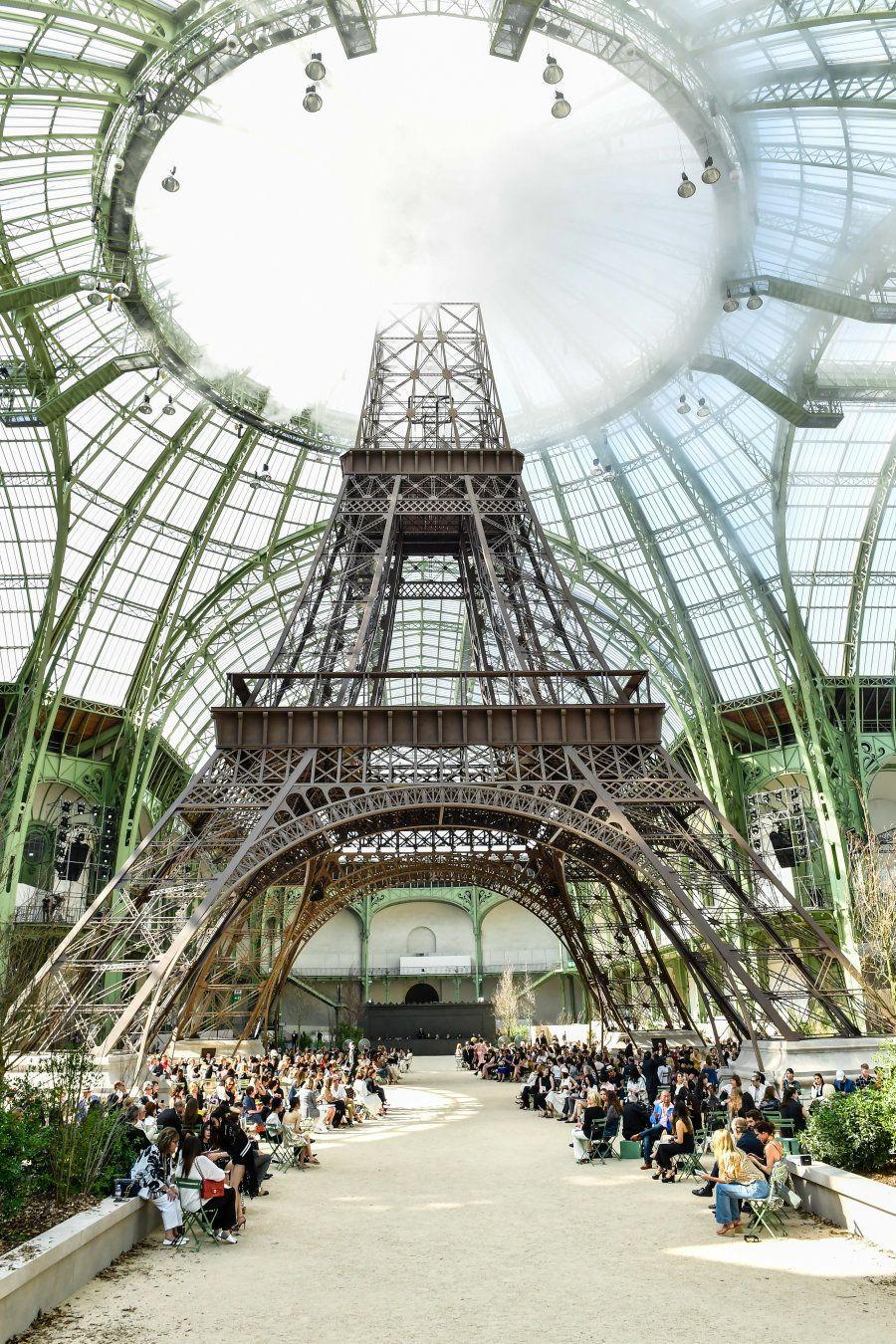 La torre Eiffel creada por Lagerfeld y su