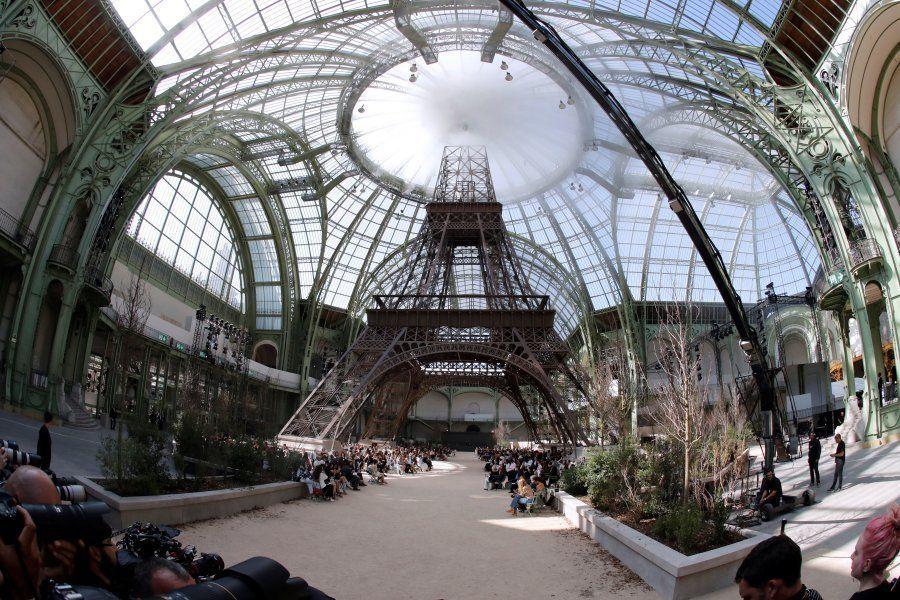 La torre Eiffel de Chanel, vista con ojo de