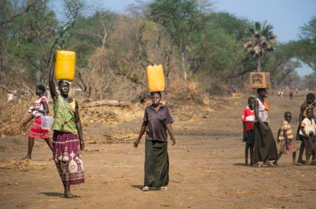 Mujeres acuden a recoger agua en el campo de refugiados de Palorinya,