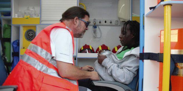 Un miembro de la Cruz Roja atiende a la mujer embarazada rescatada junto a otras 24 personas por Salvamento...