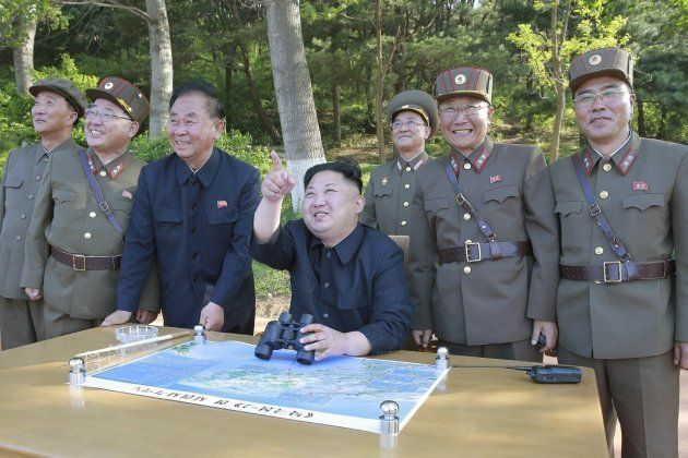 Kim Jong Un observando el misil