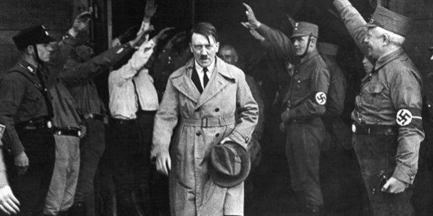 Imagen del 5 de diciembre de 1931 en el momento en el que Hitler abandona la sede del partido Nazi en