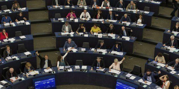 Varios eurodiputados votan sobre el acuerdo de diálogo UE-Cuba en el Parlamento Europeo en