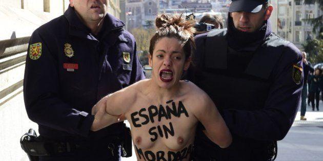 Femen protesta frente al Congreso contra la 'Ley Mordaza'