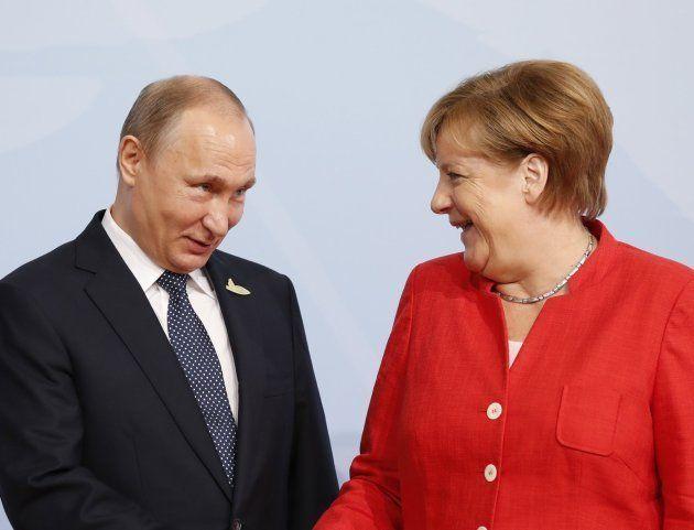 La canciller alemana, Angela Merkel (dcha), da la bienvenida al presidente ruso, Vladímir Putin