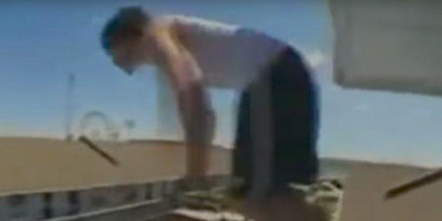 Imagen de un turista haciendo 'balconing' en