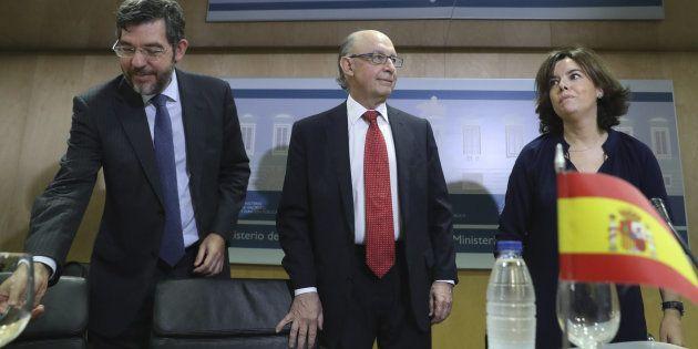 De izquierda a derecha: El secretario de Estado de Presupuestos (Alberto Nadal), el ministro de Hacienda...