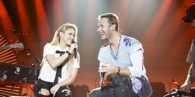 El cantante de Coldplay, Chris Martin, y la cantante colombiana Shakira actúan durante el Global Citizen...
