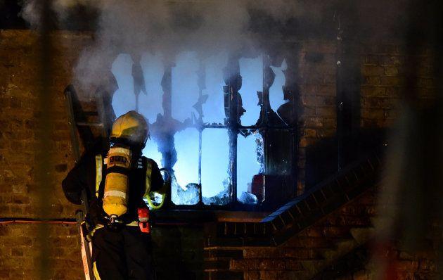 Los bomberos tratan de acabar con el fuego en el edificio de
