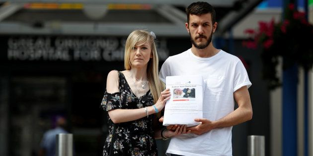 Los padres de Charlie, Connie Yates y Chris Gard, posan con su petición para el tratamiento del bebé...