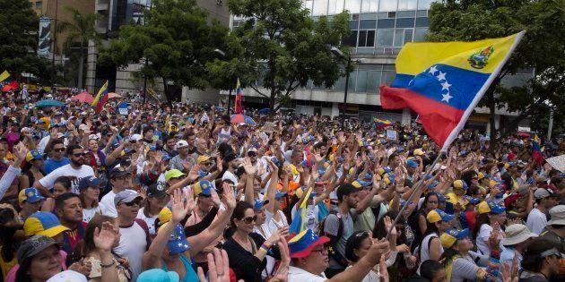 Un grupo de opositores venezolanos, manifestándose ayer en Caracas, la