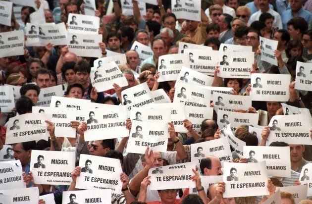 Miles de personas marchan contra ETA en Ermua para pedir la libertad de Miguel Ángel Blanco, en julio...