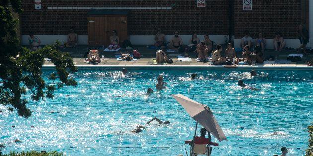Un niño de seis años se ahoga en una piscina durante una boda y los invitados siguen con la