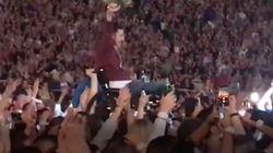 El momento en el que un fan en silla de ruedas es subido al escenario para tocar junto a
