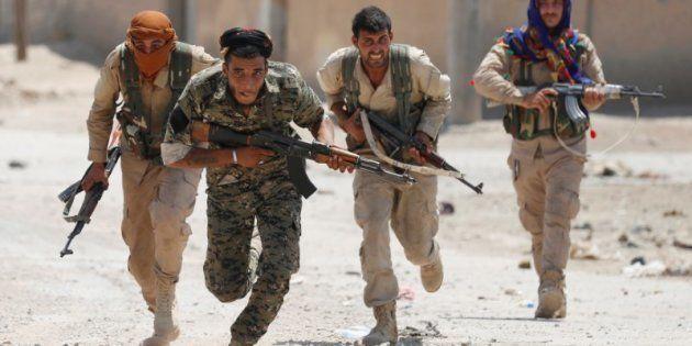 Milicianos kurdos corren por las calles de Raqqa, en Siria, el pasado 3 de