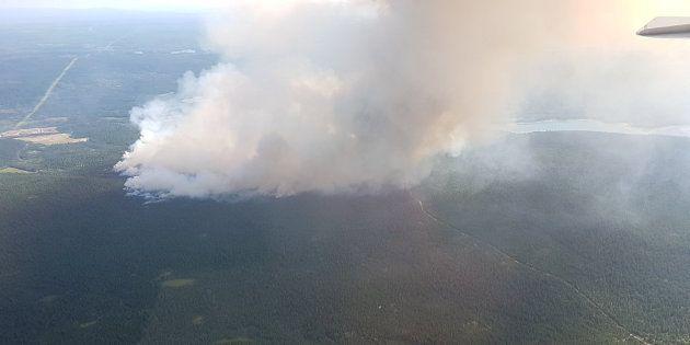Una enorme columna de humo se eleva desde 100 Mile House, en la Columbia Británica de