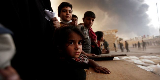 Un grupo de desplazados espera para recibir comida en Qayyara, al sur de Mosul, el mes de octubre