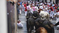 Los toros hacen todo el recorrido juntos en el sexto encierro de los