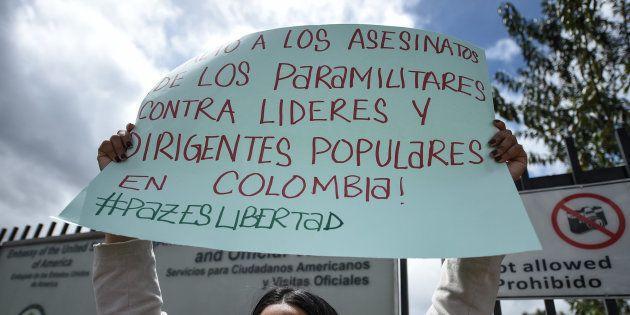 Una pancarta de una activista que protesta en