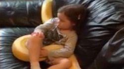Escándalo por el vídeo subido por un padre a Facebook de su hija viendo la tele con una