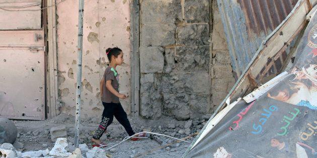 Una niña camina entre escombros en la parte rebelde de la ciudad de Deraa, al sur de Siria, durante la...