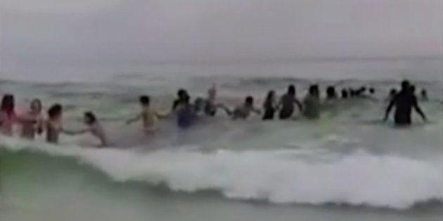 Una cadena humana salva de morir ahogada a una familia en una playa de