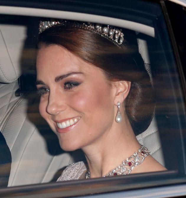 Catalina de Cambridge acude a la cena de gala en honor a los reyes de España celebrada en el palacio...