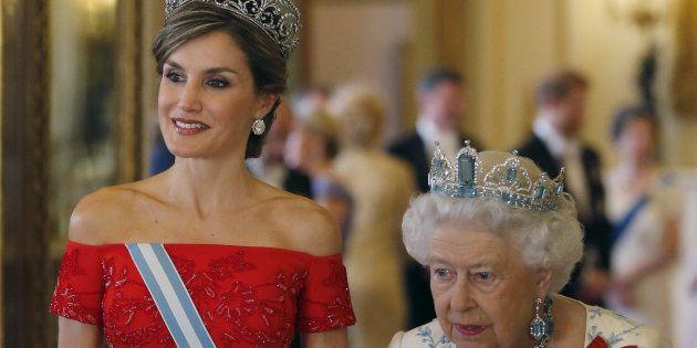 Las reinas Letizia e Isabel II, a su llegada a la cena de gala ofrecida el 12 de julio en Londres en...
