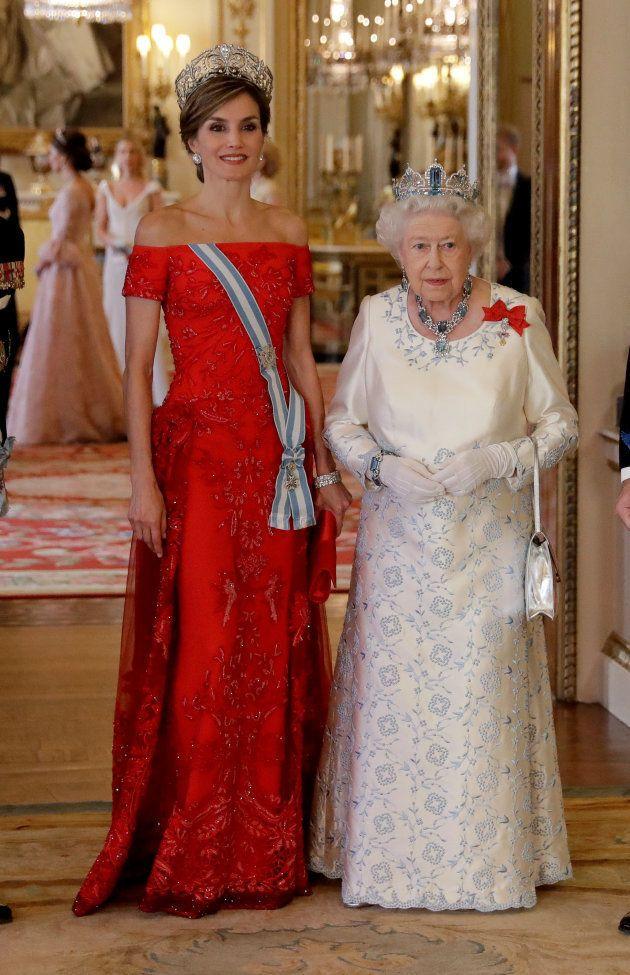 La reina Letizia junto a la reina Isabel II en la cena de gala ofrecida a los reyes de España en el Palacio...