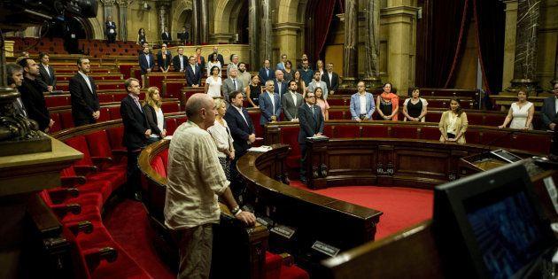 Los presentes durante el minuto de silencio en recuerdo de las víctimas del terrorismo en el Parlament