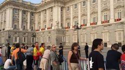 Conoce a Reina Reyes y otros fans de la monarquía muy madrugadores
