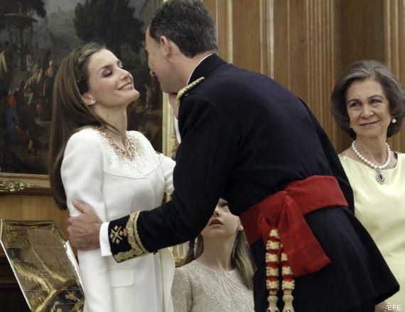 Caricia de Letizia a Felipe VI: momentazos de cariño de los nuevos reyes (VÍDEOS,