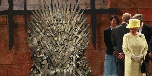 Isabel II, ante el trono de hierro de Juego de Tronos