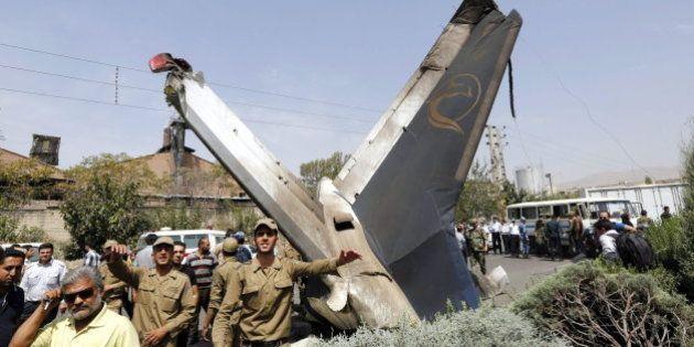 Accidente de avión en Irán: al menos cuarenta muertos al estrellarse un avión en Teherán