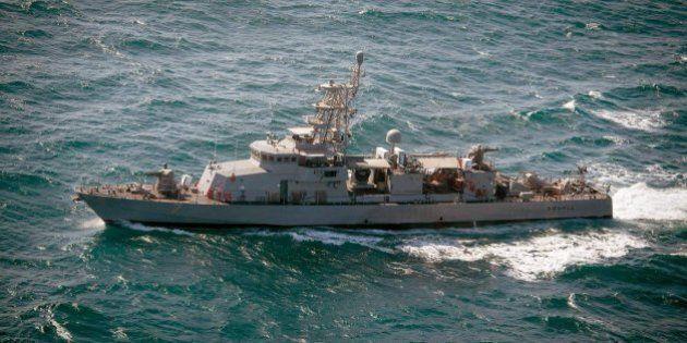 Un barco americano efectúa disparos de advertencia contra barcos iraníes en el Golfo