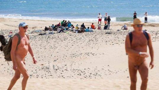 Inmigrantes abandonados en una playa por miedo al ébola