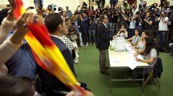 Miembros de VOX se plantan ante Mas con banderas