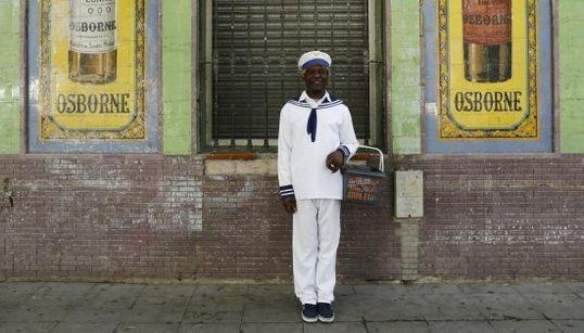 El refugiado que vende pañuelos y va para juez