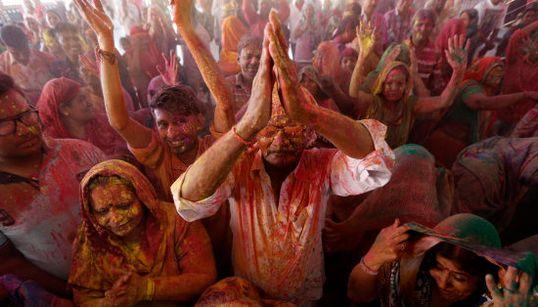La India se llena de colores para celebrar el festival de Holi
