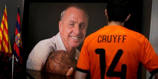 Miles de personas homenajean a la figura de Johan Cruyff en el Camp