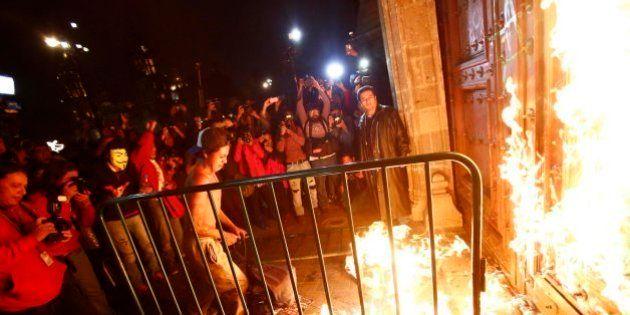 Marcha por los estudiantes de Iguala: Unos encapuchados queman la puerta de la sede del